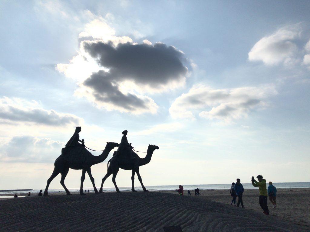 おんじゅくオーシャントレイル 月の砂漠の像